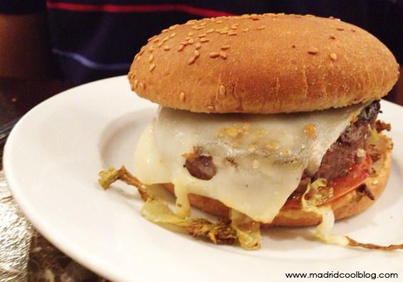 CAFE OLIVER MADRID COOL BLOG brunch huevos benedictinos salesas chueca bistrot bistro restaurante hamburguesa ensalada césar fruta barato madrid diferente cool