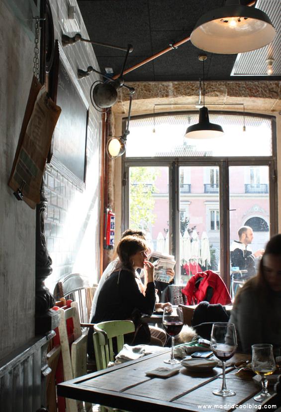 REVOLTOSA MADRID COOL BLOG interior TABERNA CASTIZA ventanales soleados vinos cervezas pollo frito huevos rotos brunch hambrguesa castiza