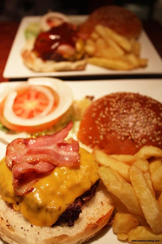 Fachada de Mad Café. Foto de www.madridcoolblog.com Hamburguesas, aros de cebolla, refrescos, tarta de zanahoria