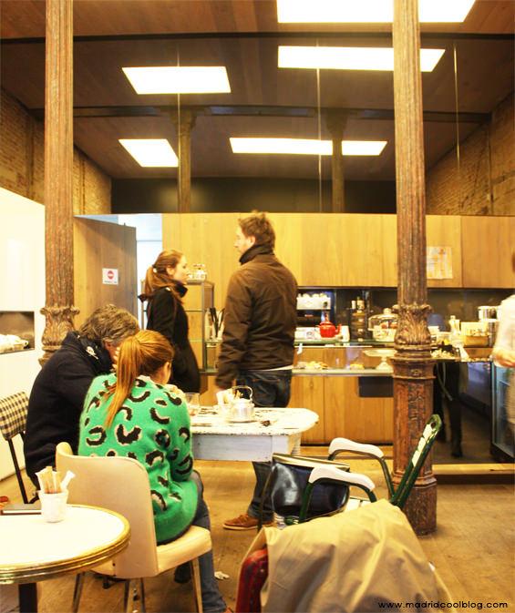 Cafés y dulces en Pomme Sucre. Foto de www.madridcoolblog.com croissant, sandwich de crema, milhojas de dulce de leche