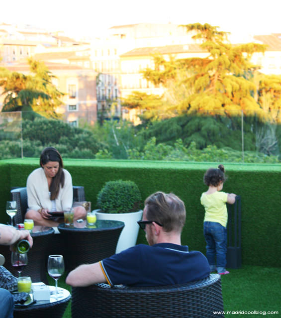 Terraza jardines de sabatini aparto suites atardecer for Restaurante jardines de sabatini