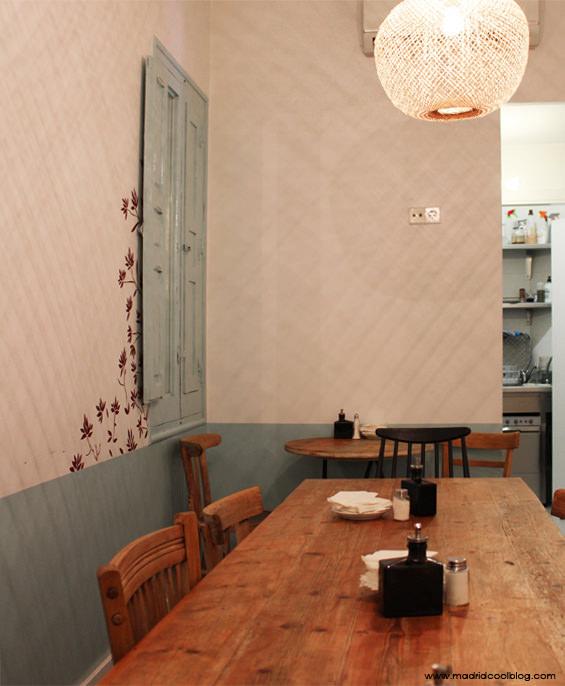 Mesa de madera comunitaria en Pancomido Café. Foto de www.madridcoolblog.com