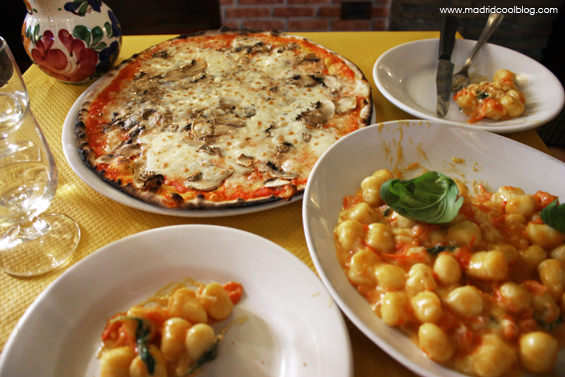 Pizza y gnocchi en el restaurante Cave Canem de Trastevere. Foto de www.madridcoolblog.com Roma, Italia
