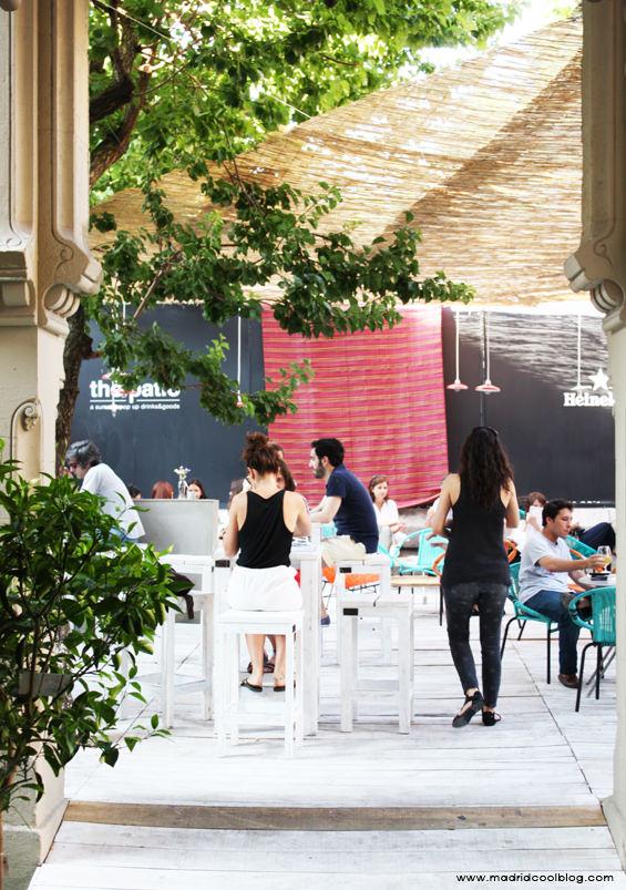 Zona de bar al aire libre en The Patio. Foto de www.madridcoolblog.com, magasand, sandwiches, heineken, sillas acapulco, cócteles, cervezas, terraza, aire libre, madrid