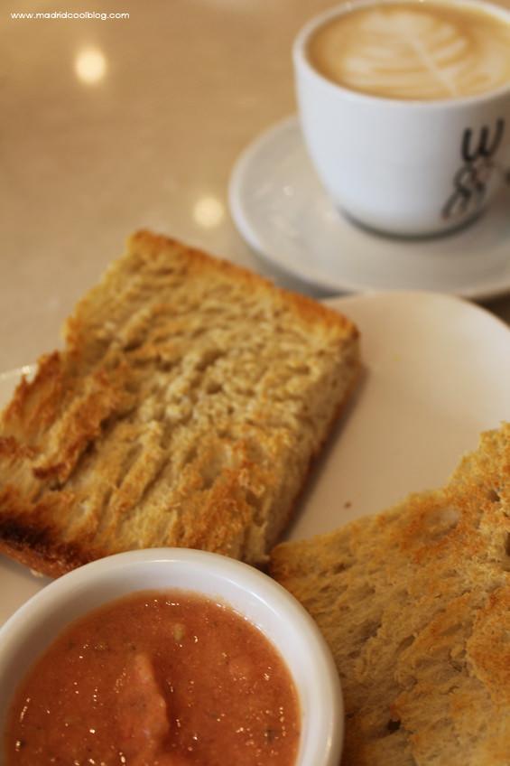 Desayuno de barrita con tomate en Woom. Foto de www.madridcoolblog.com