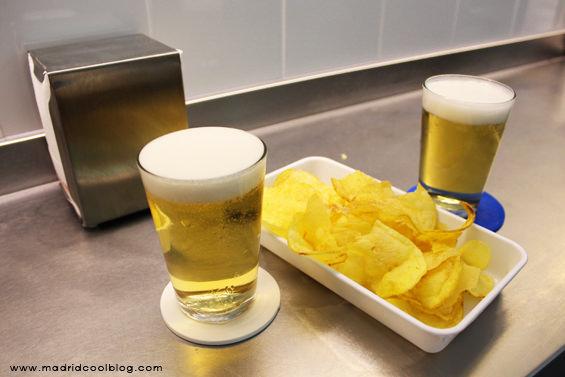 Cañas y patatitas fritas como las de toda la vida en Sala de Despiece. Foto de www.madridcoolblog.com