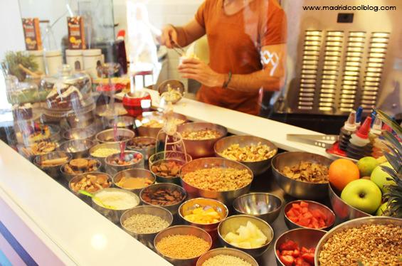 Preparando nuestro helado en YOY. Foto de www.madridcoolblog.com