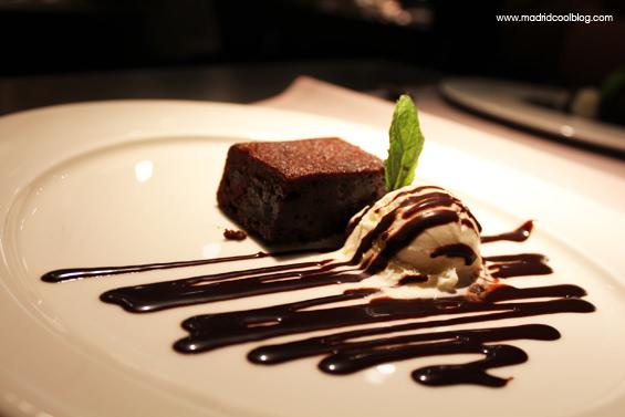 Brownie de chocolate templado con helado de jengibre en el restaurante 99 Sushi Bar. Foto de www.madridcoolblog.com