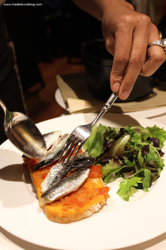 Tostada de sardinas ahumadas con tomate en restaurante Asgaya. Foto de www.madridcoolblog.com