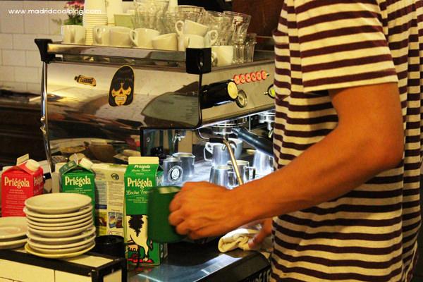 Preparando el café en Toma Café. Foto de www.madridcoolblog.com