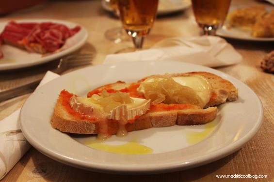 Tosta de queso de cabra y cebolla confitada en Drink Fino. Foto de www.madridcoolblog.com