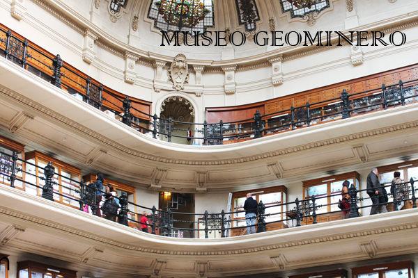 Las antiguas vitrinas del Museo Geominero de Madrid. Foto de www.madridcoolblog.co
