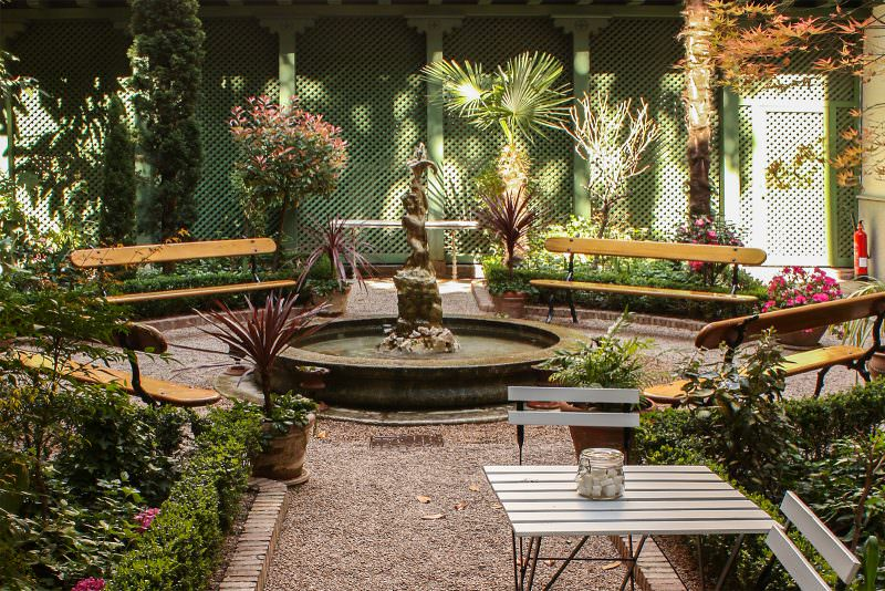 MADRID-COOL-BLOG-CAFE-JARDIN-mesa-y-fuente-G