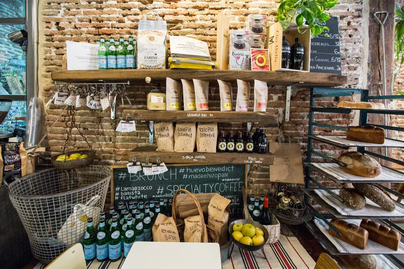 MADRID-COOL-BLOG-PUM-PUM-CAFE-estantes-G