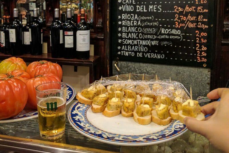 MADRID-COOL-BLOG-TABERNA-LA-NUEVA-tapas-con-mano-G