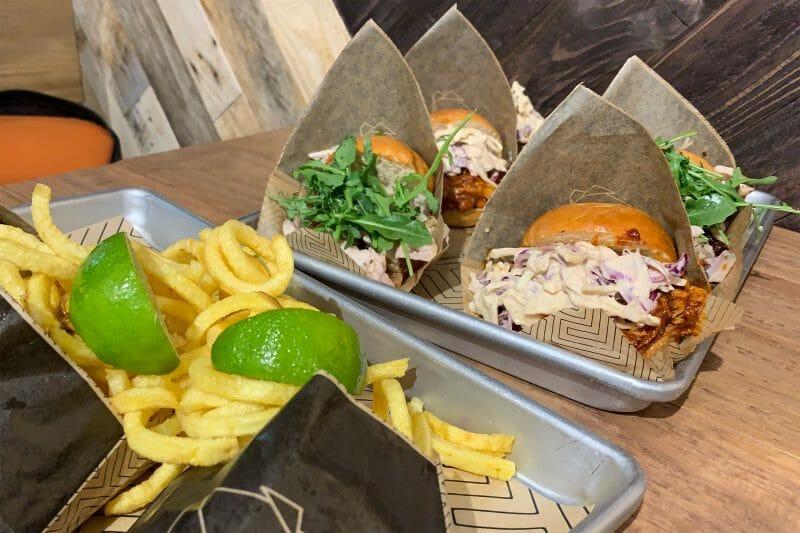 """Hamburguesas de """"Pulled Pork"""" con patatas fritas de Los Costilla. Foto de Madrid Cool Blog."""